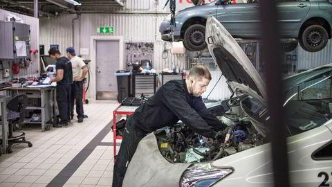Å reparere en vare gir mer sysselsetting i Norge enn hva direktekjøp av nye importerte varer gjør, skriver artikkelforfatterne.