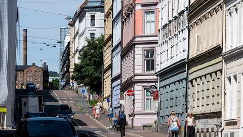 – Hvis det fortsetter slik et halvår eller et år til, vil man se tendensen til at boligprisene er systematisk overvurdert, sier boligforsker André Anundsen. Arkivfoto av boliger på Grünerløkka i Oslo.