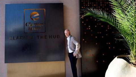 ndré Schreiner, hotelldirektøren på storhotellet Clarion Hotel The Hub i Oslo, gleder seg over at det lysner i i kurs- og konferansemarkedet. Men han frykter høsten kan bli mørk om ikke enmetersregelen blir fjernet