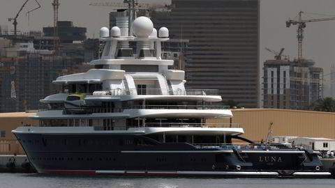 Superyachten Luna til over tre milliarder kroner er blant eiendelene til oligarken Farkhad Ahmedov, her ved havn i Dubai. Ekskonen gjør krav på båten, som opprinnelig ble bygget for Chelsea-eier Roman Abramovitsj.