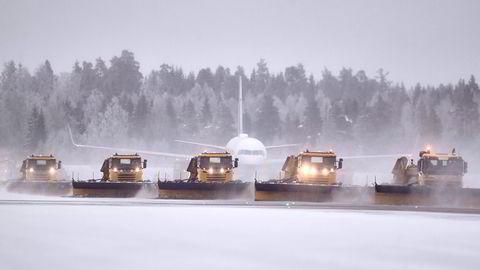 Autonome brøytebiler testes her på Oslo lufthavn. For sikkerhets skyld var det sjåfører i bilene under testen.