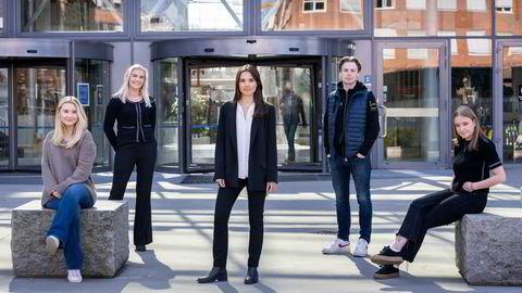 Ida Duffaut-Sundsby (fra venstre), Andrea Richardsen, Ingrid Grøttland, Emil Ingvaldsen Lyse og April Hermansen er medlemmer av Børsgruppen Aktie på BI i Nydalen i Oslo.