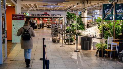 Lørdag 23. januar fikk butikkene i kjøpesentre tre timers varsel på å stenge ned. I første omgang ble det gitt unntak for matbutikker og apoteker. Her fra Liertoppen kjøpesenter etter at tiltakene ble gjennomført.