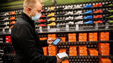 RFID-merkelappene gjør det mulig å spore varer etter hvert som de beveger fra lager til varehus. Skanneren til lagersjef Matias Marman på XXL Alnabru piper når han nærmer seg varen han leter etter.