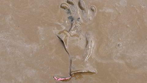 En hanske ligger igjen i gjørma etter flommen i Tyskland. Hvor mye er vi villig til å betale for å unngå naturkatastrofer?