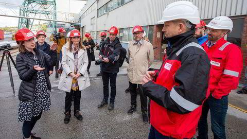 Næringsminister Iselin Nybø (tv) og distrikts- og digitaliseringsminister Linda Hofstad Helleland (midten) besøkte ifjor verftet Vard Langsten i Tomrefjorden. Konsernsjef i Vard Offshore, Erik Haakonsholm foran til høyre.