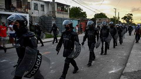 Cubansk opprørspoliti marsjerer i Havanna 12. juli etter omfattende demonstrasjoner mot president Miguel Diaz-Canels regjering.