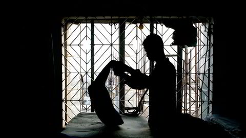 Selskap A finner ut at lønnsnivået ved fabrikken i Bangladesh knapt er til å leve av. Selskap B rapporterer at «alle grunnleggende krav til lønns- og arbeidsvilkår er ivaretatt» ved samme fabrikk. Bilde fra klesfabrikk i Bangladesh.
