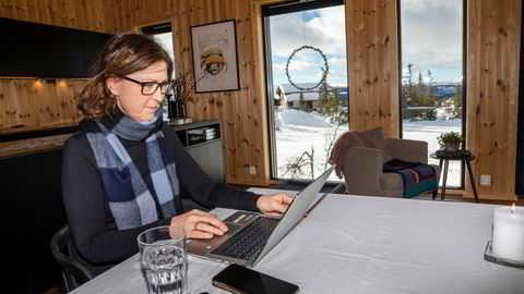 Fra hyttekontoret på Kvitfjell forteller Brita Alsos i DNB at banken planlegger for videre fleksibilitet for arbeidstagere og ser også på muligheten for å utvikle ulike regionale huber utenfor hovedkontoret i Bjørvika. Hun jobber fra hytta i vinterferien.
