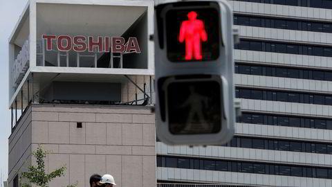 Skandalene har stått i kø for 145 år gamle Toshiba Corp. de siste årene. Ledelsen nekter å la eierne ha innflytelse – med støtte fra det mektige næringsdepartementet.