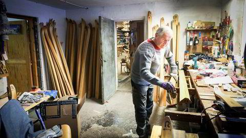 Ulf Rønning har drevet Rønning ski siden 1965. Nå har han overlatt ansvaret til sønnen Jonas Rønning. Her legges et siste oljelag på et par ski.