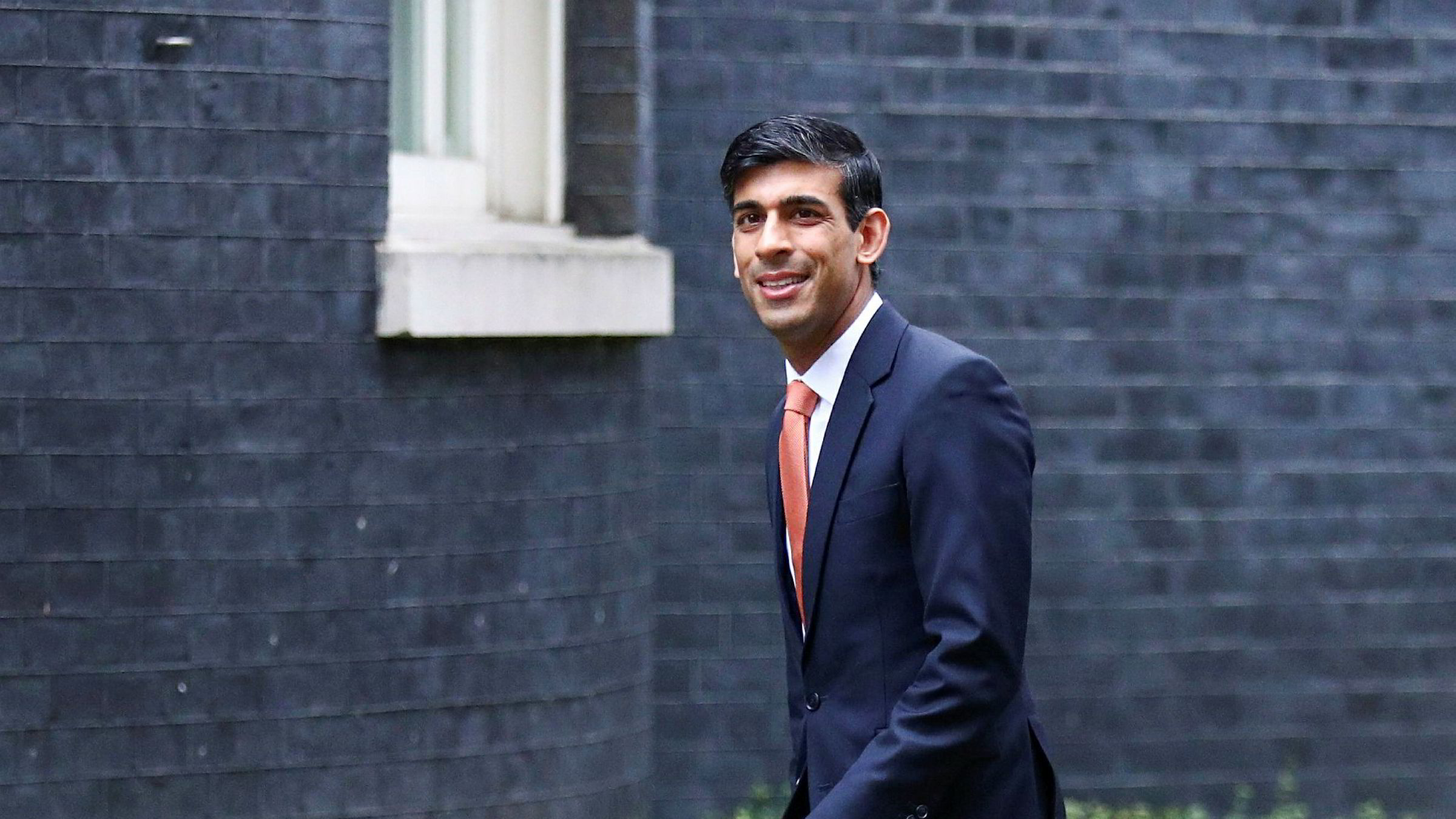 Rishi Sunak på vei til Downing Street for å få ny jobb som finansminister.