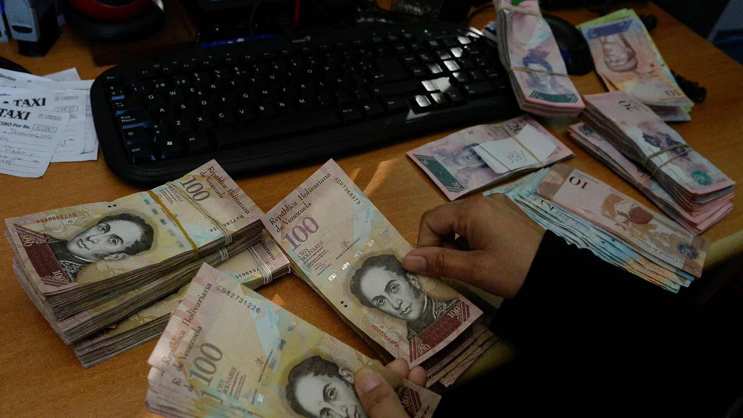 Venezuelas valuta Bolivar har falt 94 prosent mot dollar på et halv år.