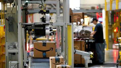 """Pakker fra Amazon blir skannet ved en terminal i Baltimore. Med blockchain og """"smarte kontrakter"""" kan pakkelevering i fremtiden gjennomføre som en til hundre prosent digital prosess."""