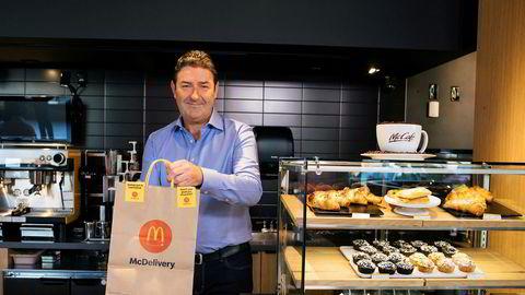Tidligere McDonald's-toppsjef Steve Easterbrook har havnet i rettstvist med sin tidligere arbeidsgiver. Selskapet vil ha tilbake flere titall millioner dollar som Easterbrook fikk i sluttpakke da han fikk sparken i november i fjor. her er han avbildet på en McDonald's-restaurant i Chicago i 2019.