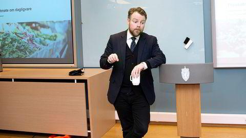 Næringsminister Torbjørn Røe Isaksen mottok fredag rapporten om prisdiskriminering.