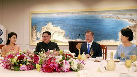Det var god tone mellom Nord-Koreas leder Kim Jong-un og Sør-Korea president Moon Jae-in på avskjedsmiddagen fredag kveld, ifølge dette bildet fra det statlige nordkoreanske nyhetsbyrået KCNA. Til venstre Kims kone Ri Sol Ju, og til høyre Moons kone Kim Jung-sook.
