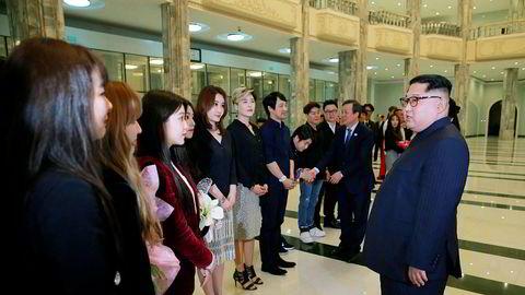 Nord-Koreas leder Kim Jong-un møtte søndag artister fra Sør-Korea etter å ha sett dem opptre.