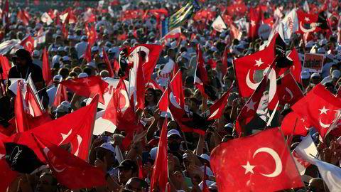 Regjeringen i Tyrkia truer med mottiltak etter at USA innførte sanksjoner mot to av landets ministre.