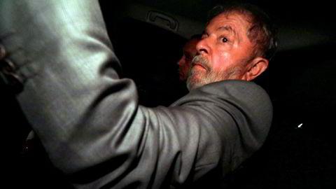 Ekspresident Luiz Inacio Lula da Silva må trolig starten soningen av fengselsdommen han er idømt. På bildet ankommer han sitt hjem i Sao Bernardo do Campo onsdag.