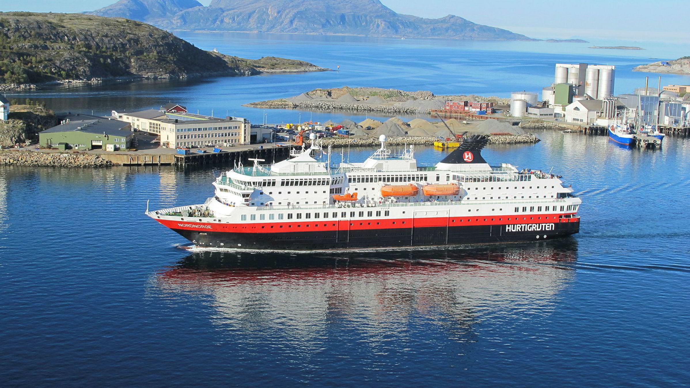 Hurtigruteskipet NordNorge på vei ut fra Bodø havn.
