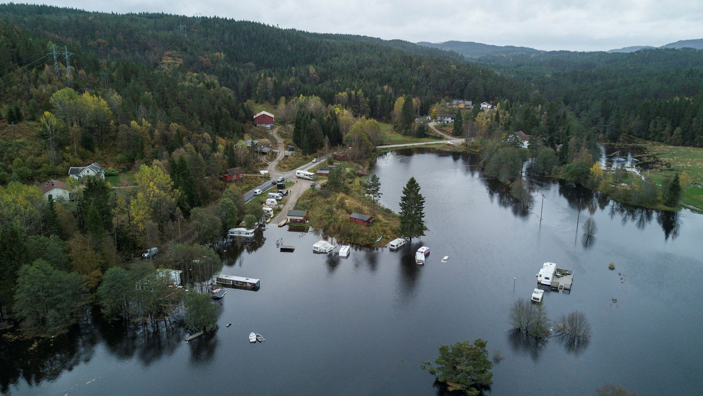 Regn og uvær på Sørlandet. Drone-foto som viser Bjønndalen Camp nord for Vennesla. De som bor der sier de aldri har sett så mye vann før.