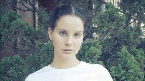 Møt Lana Del Rey, poet, popstjerne – og pilot? Hennes diktsamling «Violet Bent Backwards Over The Grass» er ute nå.