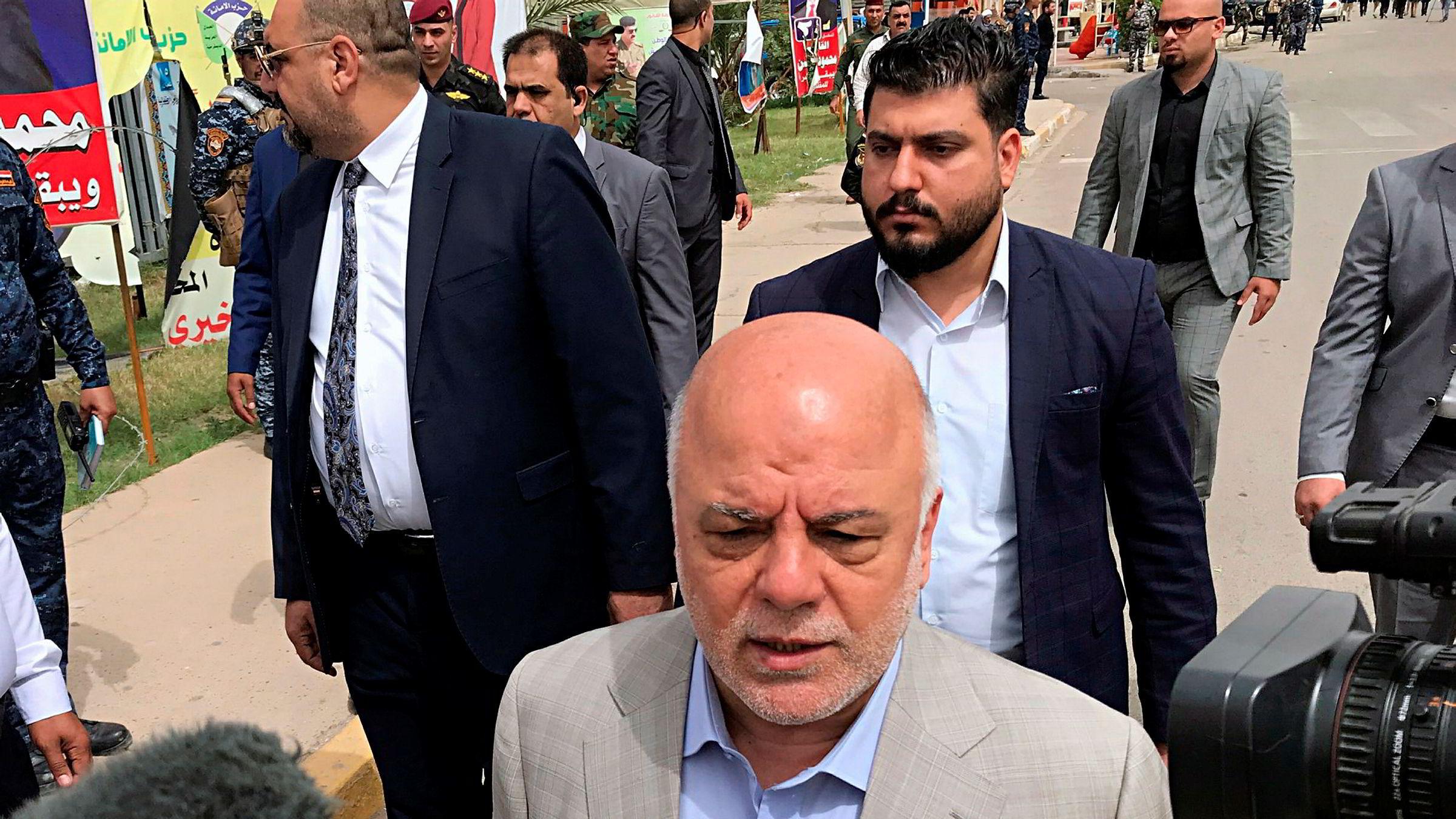 Iraks statsminister Haider al-Abadi (i midten) var ikke fornøyd med oppslutningen under valget 12. mai.