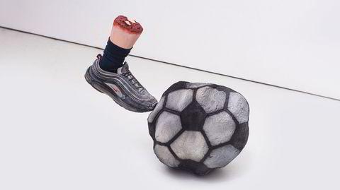 Ballkunstner. Skulpturen «The First Ball» av Kieran Leach er et av verkene som er utstilt i «BALLS» på OOF Gallery.