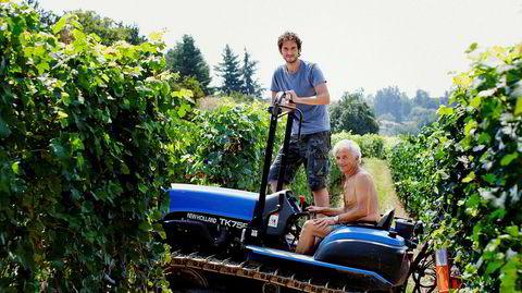Roberto Voerzio og sønnen Davide Voerzio er heller ute i vinmarken enn i vineriet