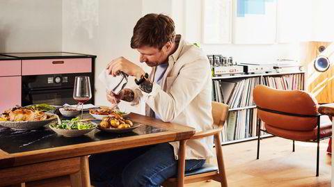 På sokkelesten. – Ni av ti dager trenger man mat som passer inn i hverdagen, sier Esben Holmboe Bang om maten han lager til familien på hjemmekjøkkenet.