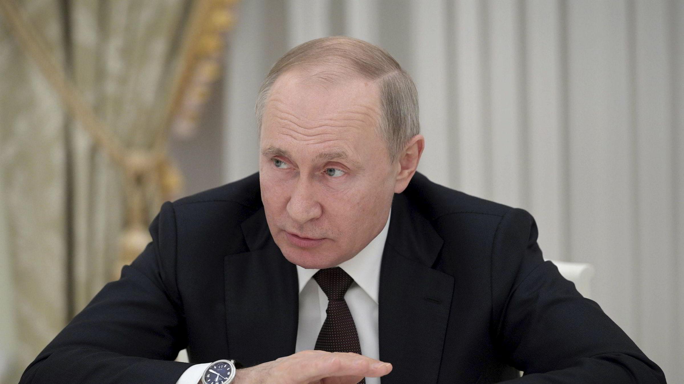 Russlands president Vladimir Putin bruker alle midler for å svekke regjeringen i Ukraina.