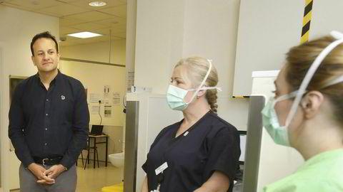 Irlands statsminister Leo Varadkar på sykehusbesøk i Dublin. Han vil ha ekstra penger fra EUs krisepakke på grunn av brexit.