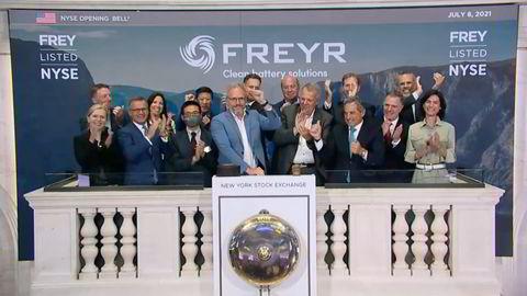 Freyr-sjef Tom Einar Jensen (lys blå jakke i midten) ringer i bjellen på handelsgulvet på børsen i New York.