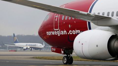Et Boeing 737-800-fly fra Norwegian står parkert på Gatwick lufthavn i London. Norwegian har landingsrettigheter på flyplassen som de ikke benytter seg av.