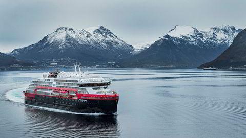 Hurtigruten, her vist ved Fridtjof Nansen på tur utenfor Ulsteinvik. De neste 30 dagene er 14 av 16 skip ute av drift i selskapet.