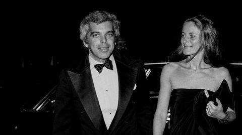 Smoking. Ralph Lauren med konen Ricky Lauren på vei til et arrangement på Guggenheim-museet i New York 1977. Få har perfeksjonert jeans og blazer-stilen bedre enn den amerikanske moteskaperen – til og med smokingjakken kombineres med dongeri.