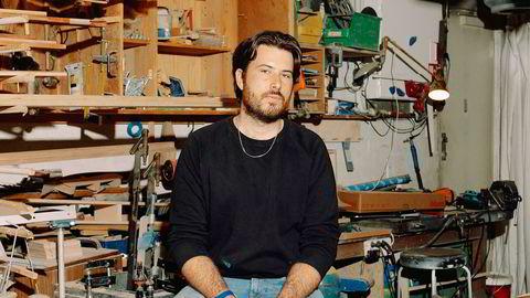 Resirkulerte rammer. Tim Raison driver rammeverkstedet King of Frames fra et verksted på Helsfyr som han deler med seks andre. Alle rammene han produserer består av resirkulert materiale, enten får han det av andre, eller finner materialene selv. Her fotografert på verkstedet sitt.