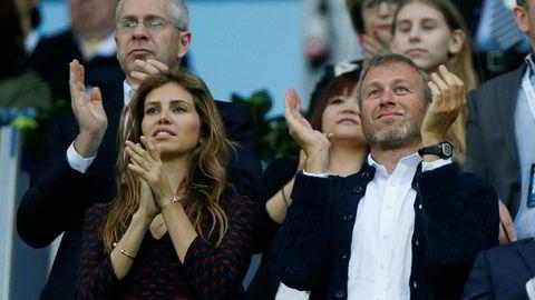 Ekteparet Roman Abramovich og Darya Zhukova er gode venner med Ivanka Trump og mannen Jared Kushner. Her applauderer de to fotballaget Chelseas prestasjoner.