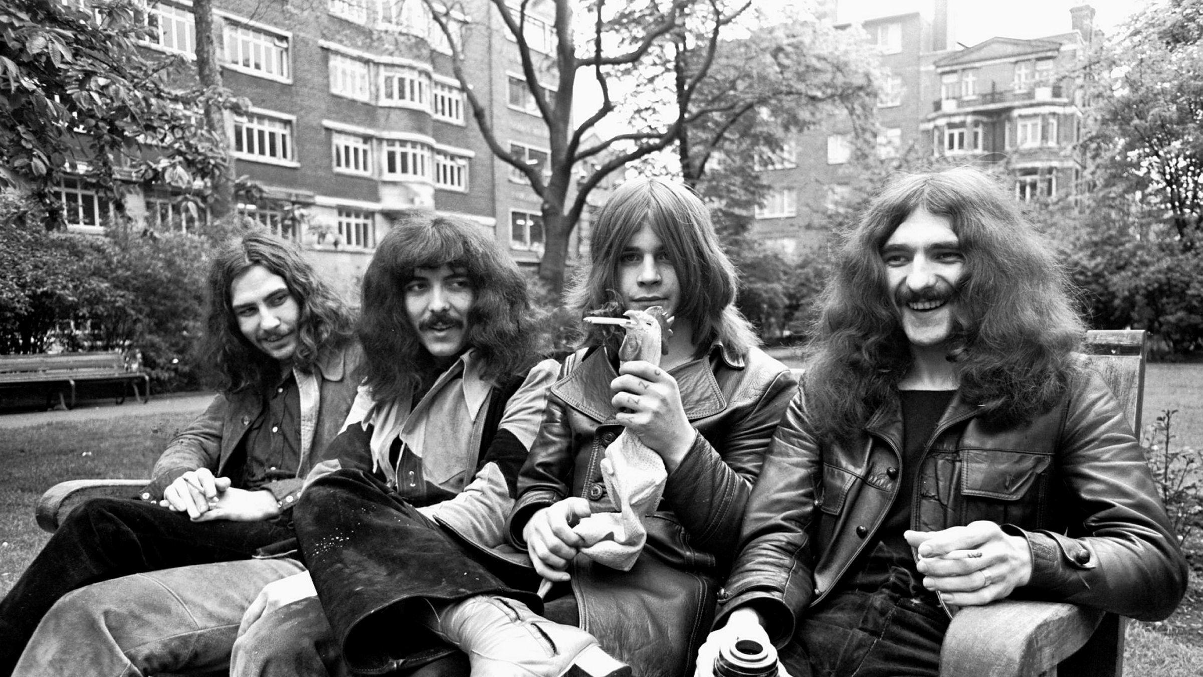 1970 ga Black Sabbath ut «Paranoid». Det er tidenes beste tungrockalbum ifølge denne kåringen. Her er gjengen bak platen samlet til fotografering omtrent på den tiden den ble gitt ut. Fra venstre: Bill Ward, Tony Iommi, Ozzy Osbourne og Geezer Butler. Den røykende kyllingen var så vidt kjent ikke medlem i bandet.