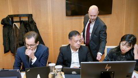 Elias' tidligere agent Wing Sang Luk (nummer to fra venstre) var i retten for å forhindre arresten som er tatt i verdier for 11,8 millioner kroner. Til venstre, advokatfullmektig Peder Jøsendal, advokat Vidar Riksfjord (stående) og Luks medhjelper Lei Hodneland.