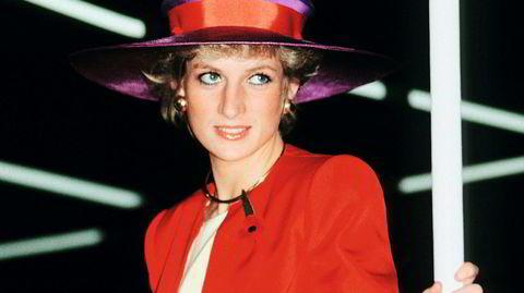 1989. Da prinsesse Diana ankom Hong Kong i forbindelse med et statsbesøk, var hun iført den noe utradisjonelle fargekombinasjonen rød og fiolett.