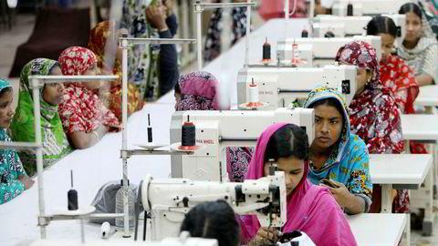 Den siste risikokategorien er omdømme – bryter du menneskerettighetene der du produserer klær i sweatshops i Bangladesh? NGO-ene sier det, skriver artikkelforfatteren. Her fra en skofabrikk i Dhaka, hovedstad og største by i Bangladesh.