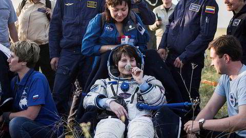 Forsterkede sanser. Italienske Samantha Cristoforetti lukter på en løkblomst etter landing. Mange astronauter forteller om forsterket luktesans etter et lengre opphold i verdensrommet