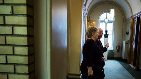 Stasminister Erna Solberg og hennes statssekretær for pressesaker Sigbjørn Aanes i vandrehallen onsdag denne uken.