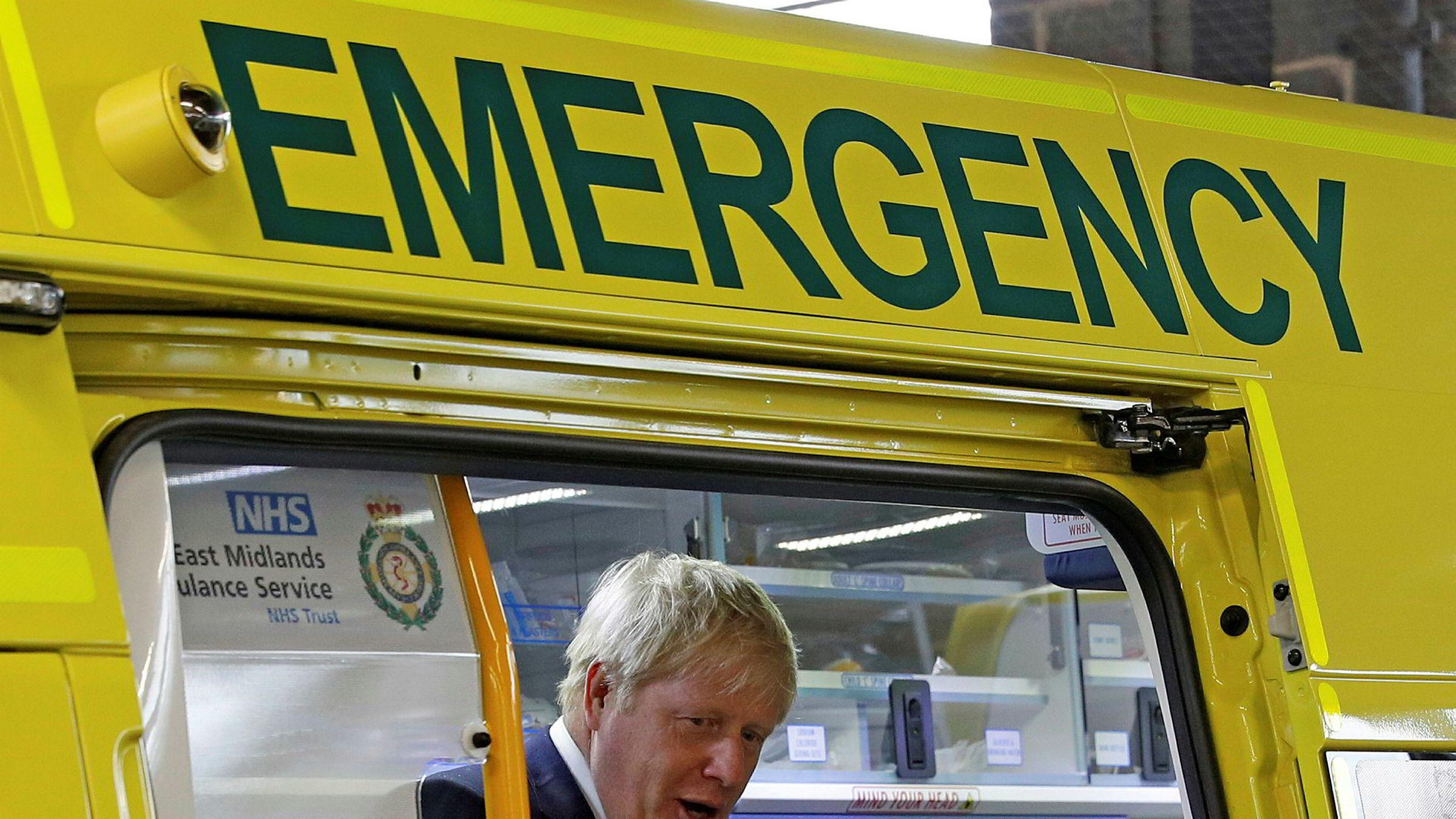 Britenes statsminister Boris Johnson er koronasmittet, her under et tidligere besøk på at sykehus.