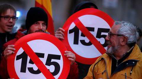 Folk i Catalonia protesterer mot artikkel 155 som gir spanske myndigheter mulighet til å ta direkte kontroll over regionen og oppheve selvstyret. Foto: AP / NTB scanpix