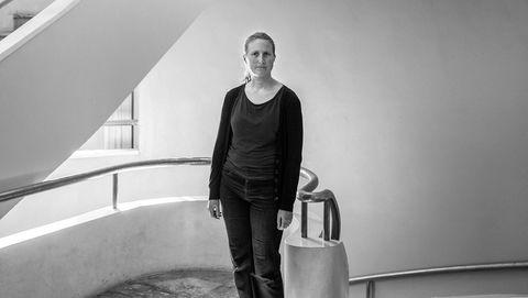 Hastesak. Forsker Anja Røyne hadde ikke helt tatt innover seg at hvor «utrolig mye» det haster å få ned klimautslippene – før hun selv skrev en bok om løsninger på klimaproblemene.  Her er Røyne på Fysisk institutt på Blindern i Oslo, der hun arbeider.