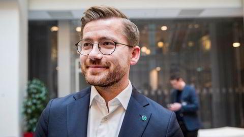 Klima- og miljøminister Sveinung Rotevatn (V) sier det blir dyrere å ha fossile biler og at elbilfordeler bør videreføres.