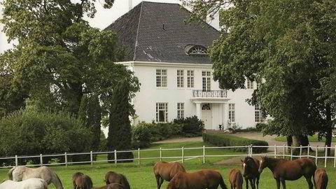 Schibsted-arving Einar Nagell-Erichsen har lenge dyrket hesteinteressen. Den som kjøper Semb Hovedgård får rikelig med stallplass om de deler interessen.
